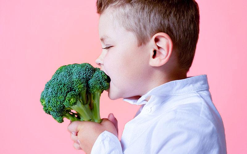 ブロッコリーを食べる少年